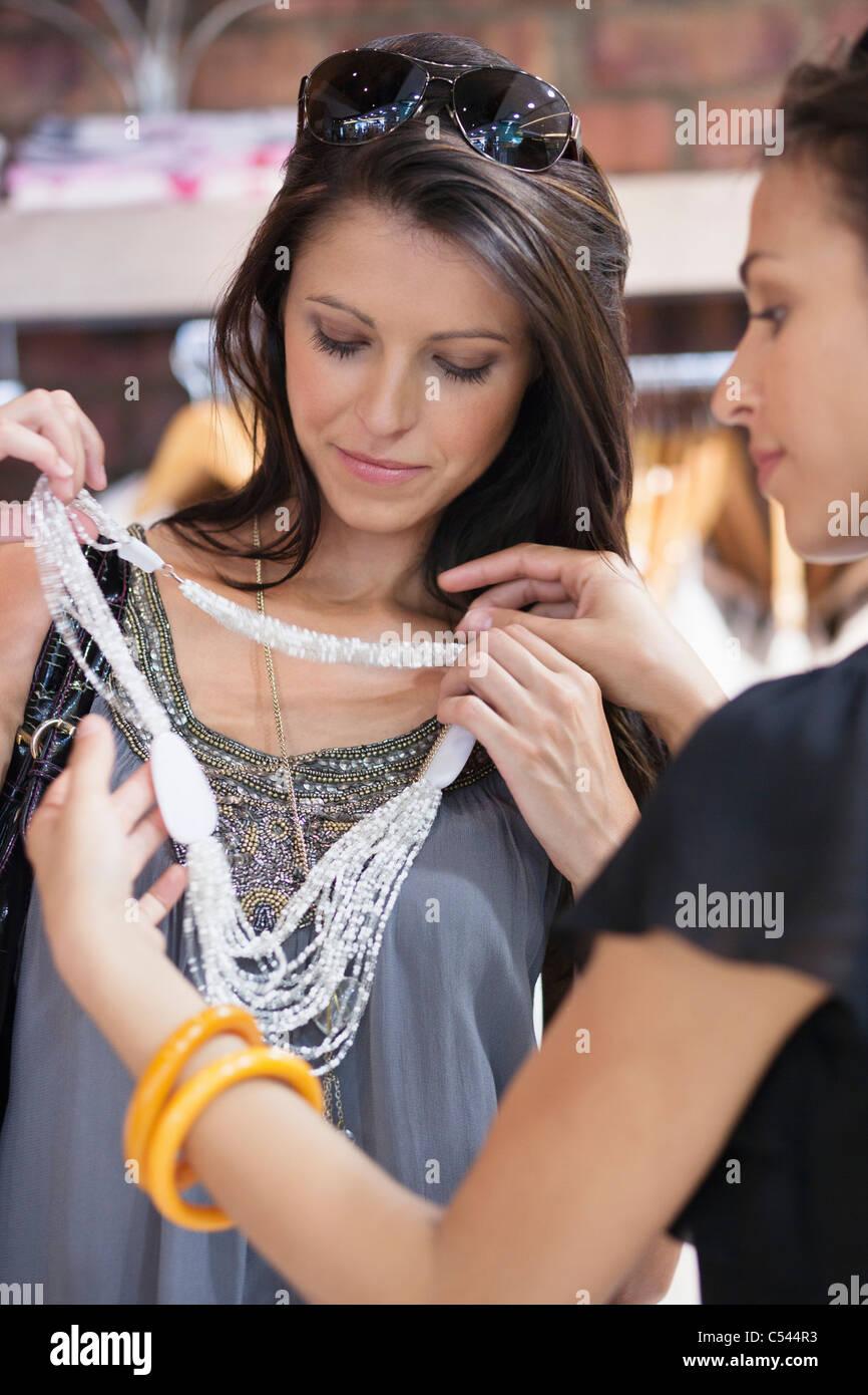 Due belle giovani donne shopping presso un centro commerciale Immagini Stock