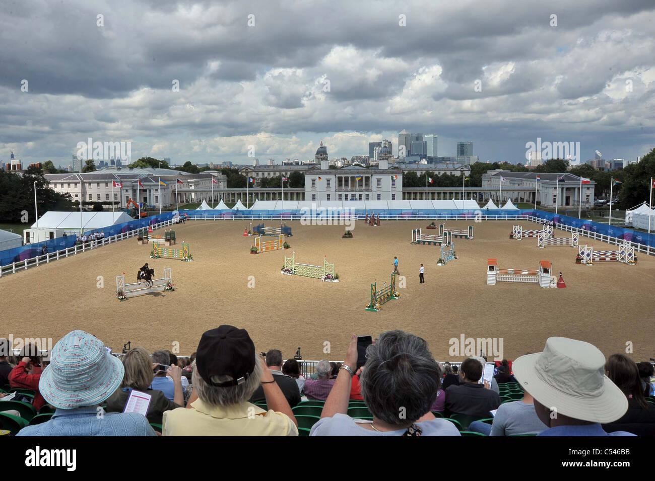 La folla guarda come Andreas Riedl riding Jabadaba Doo (Austria) salti. Show Jumping dimostrazione della concorrenza. Immagini Stock