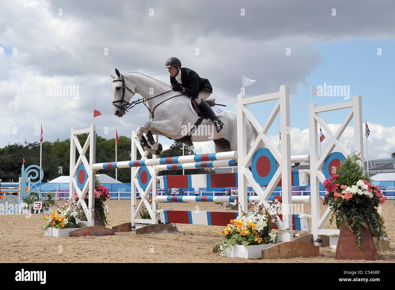Joseph Murphy Chuckelberry equitazione (Irlanda) salta l'ultima riga. Show Jumping dimostrazione della concorrenza. Immagini Stock