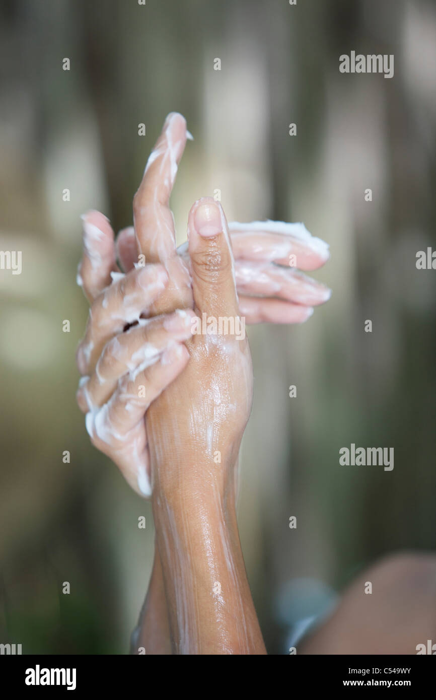 Close-up di una donna e le mani con sapone sud mentre la balneazione Immagini Stock
