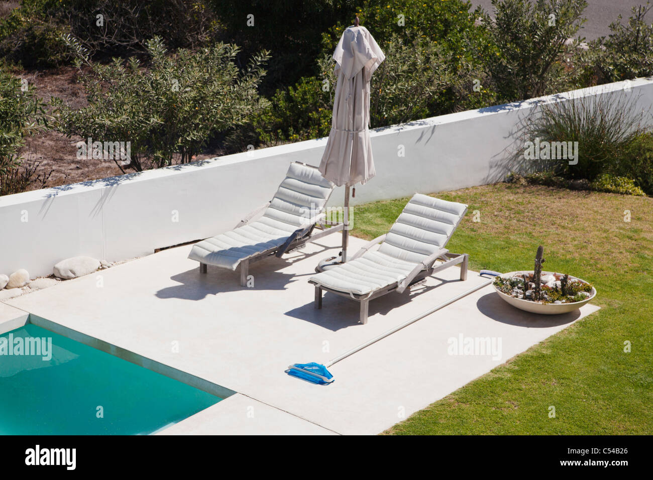High angle view immagini high angle view fotos stock alamy for Sdraio bordo piscina