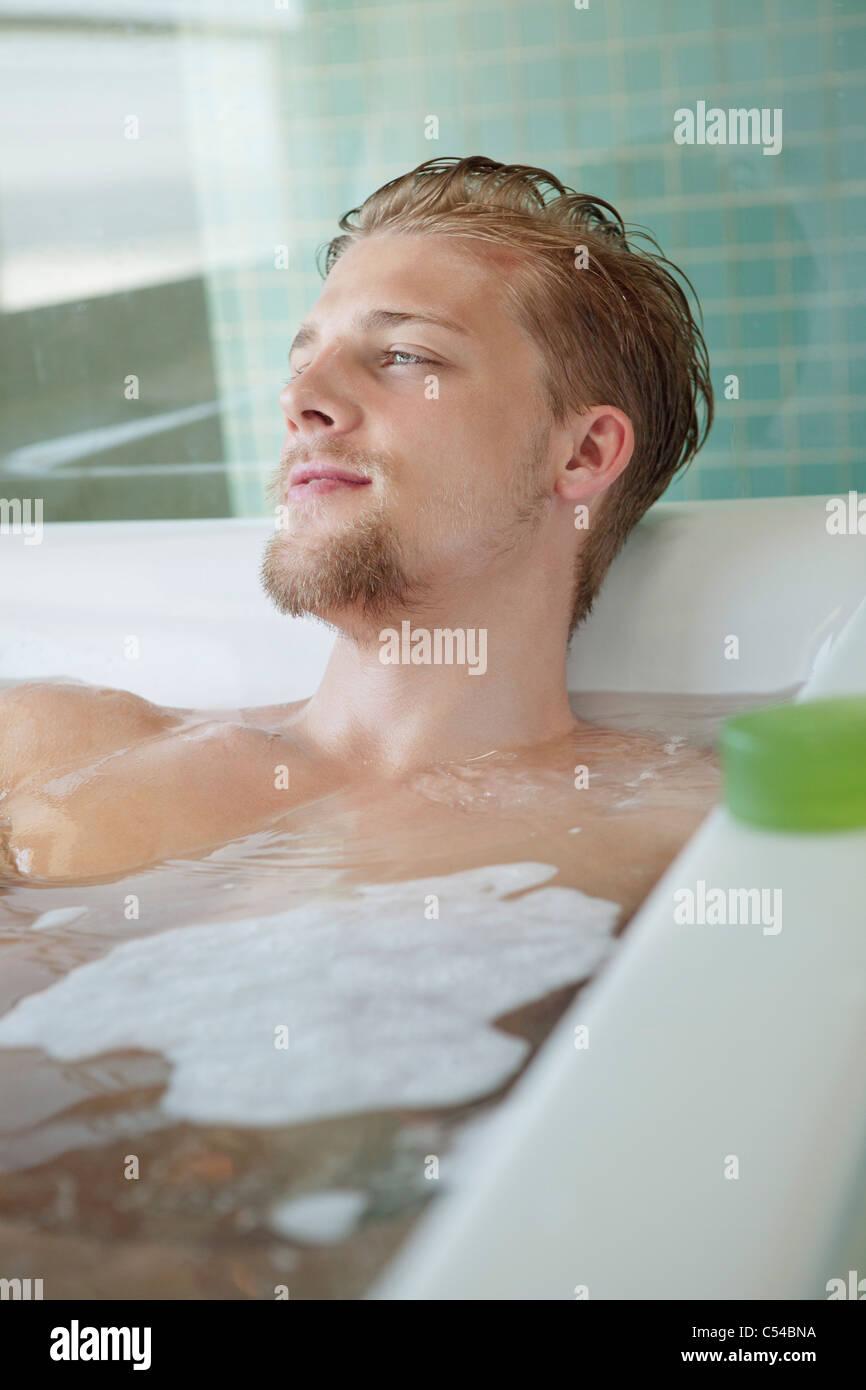 Uomo In Vasca Da Bagno.Uomo Nella Vasca Da Bagno Immagini Uomo Nella Vasca Da Bagno Fotos