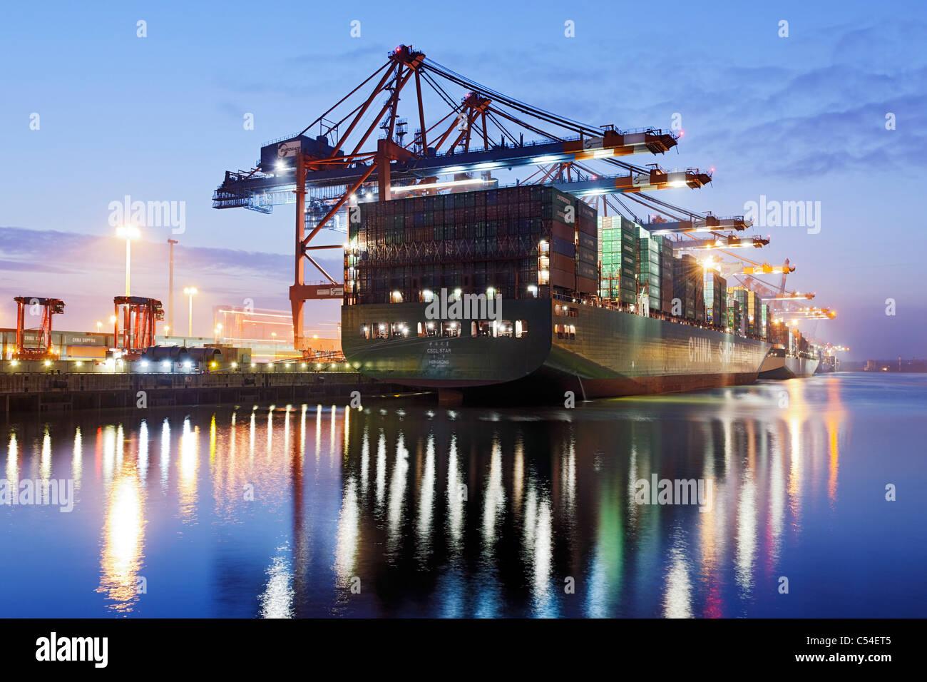 Contenitore nave CSCL STAR di Hong Kong, una delle più grandi navi portacontainer nel mondo, Eurokai Terminal Immagini Stock