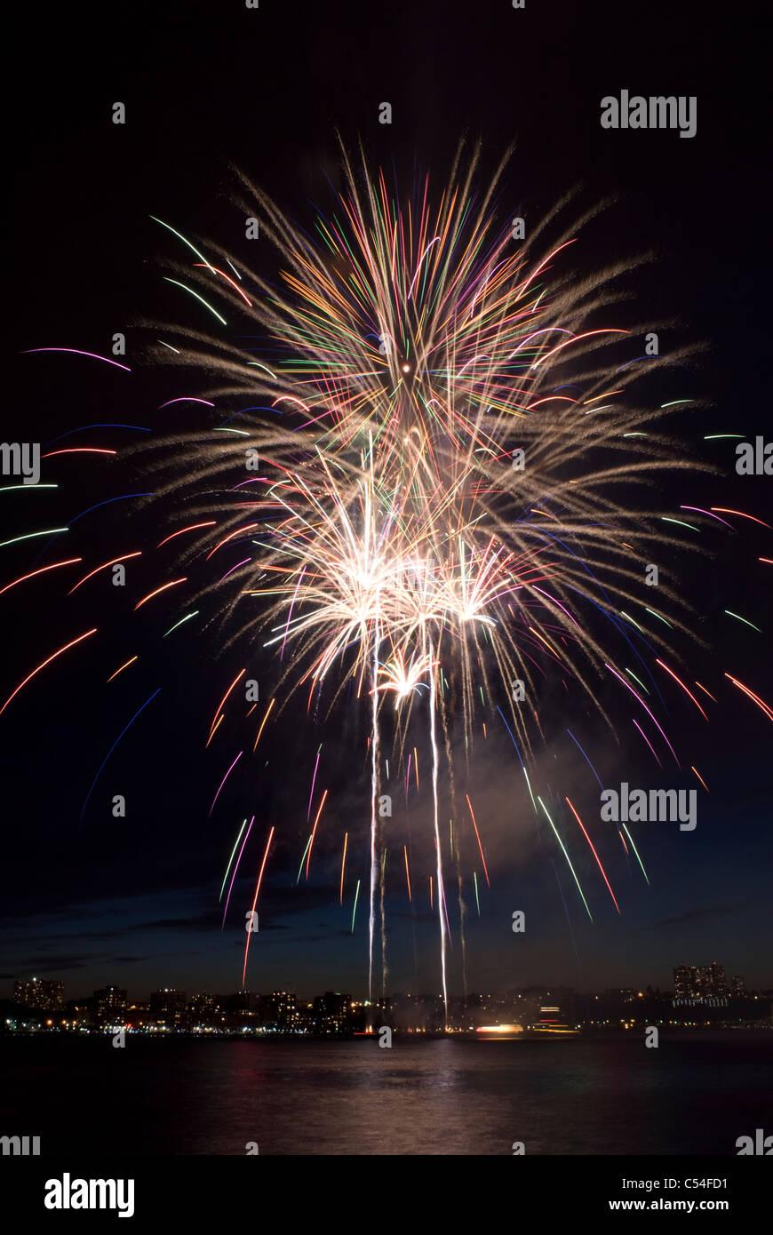 Spettacolare la cattura di Macy's luglio 4th, 2011 mostra fuochi d'artificio sul fiume Hudson in New York Immagini Stock