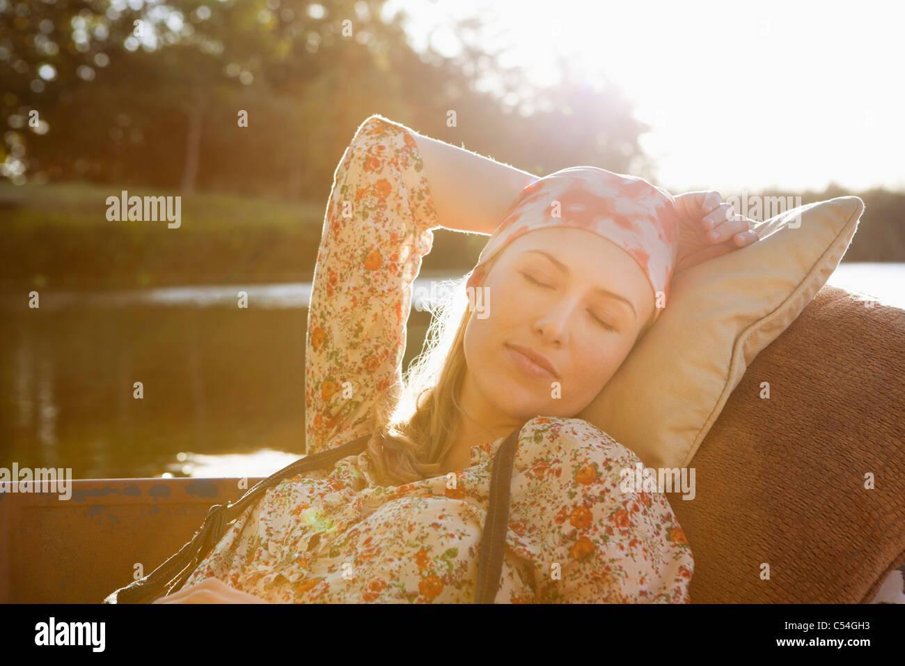 Bella donna che dorme in barca Immagini Stock
