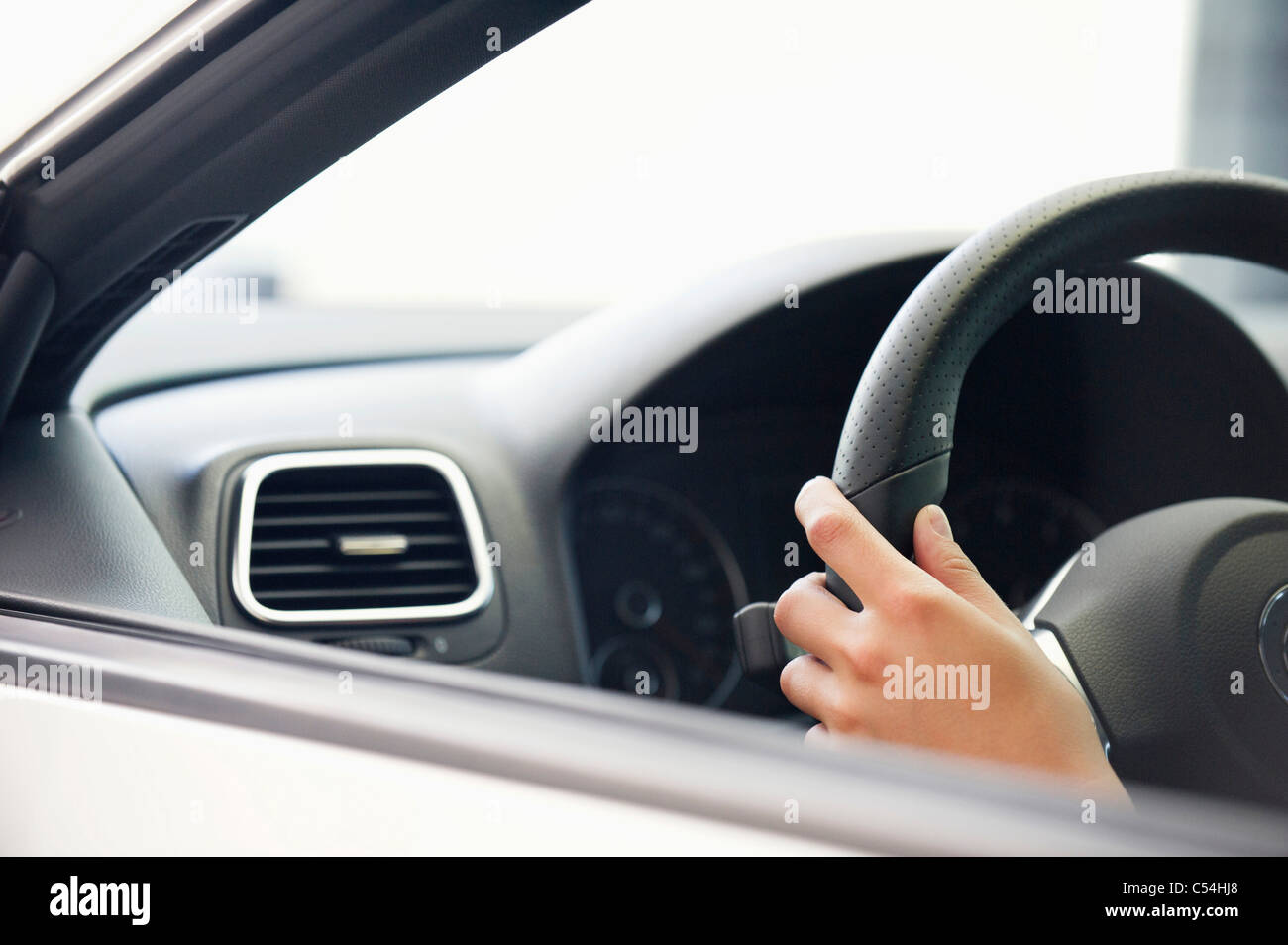 Close-up di una mano umana sulla macchina volante Immagini Stock
