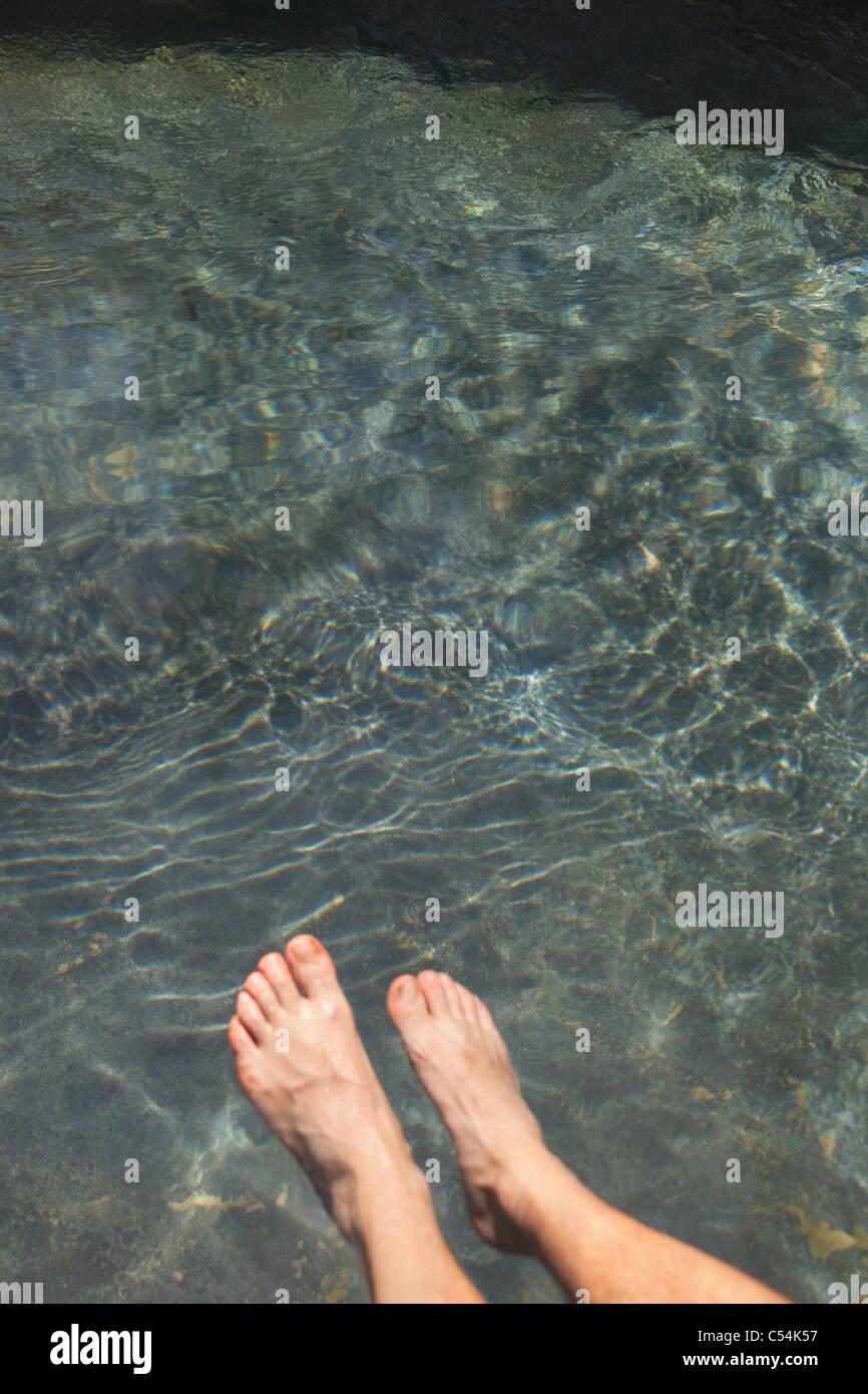 Bassa vista in sezione della gamba umana in acqua Immagini Stock