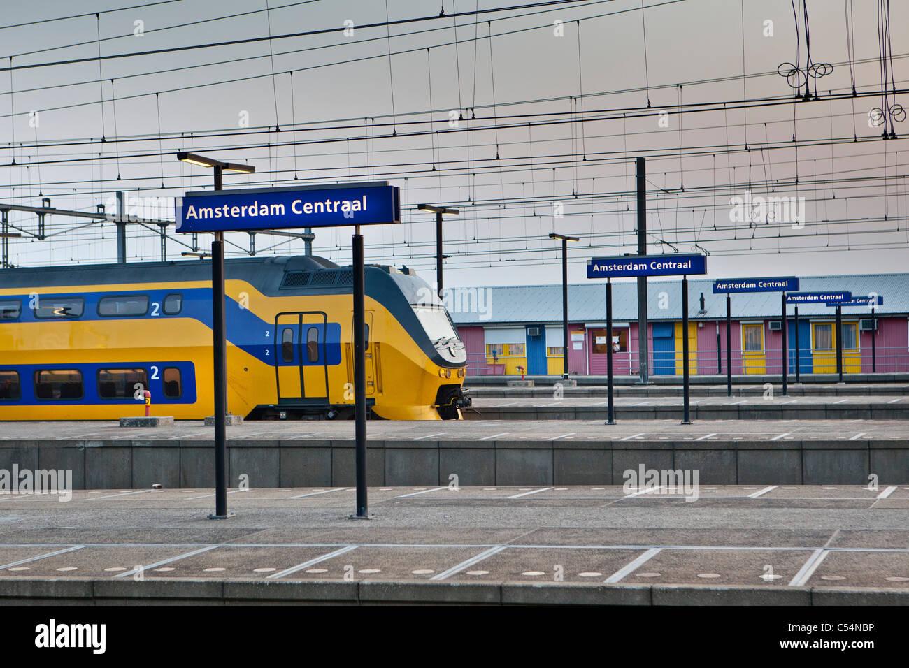 I Paesi Bassi, Amsterdam, stazione centrale. Il treno. Immagini Stock