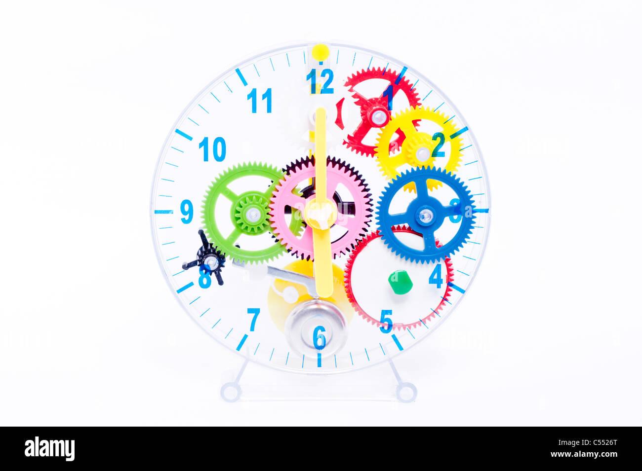 Un bambino fare il vostro proprio orologio trasparente kit con meccanismo di lavoro su sfondo bianco Immagini Stock