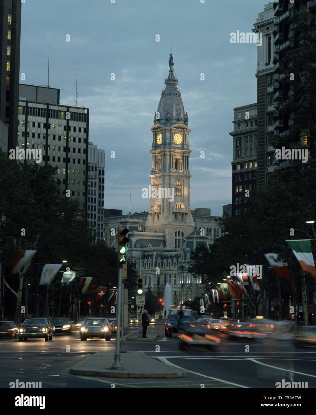 Stati Uniti d'America, Pennsylvania, Philadelphia, Benjamin Franklin Parkway e Municipio al crepuscolo Foto Stock