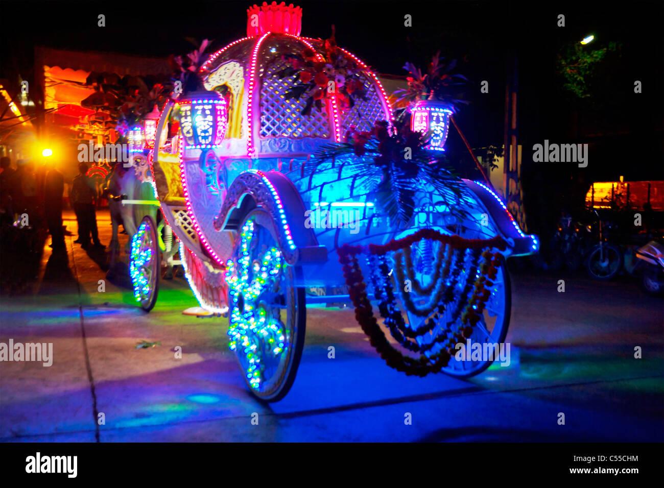Indian wedding stallieri carrello vivacemente illuminata di notte in un villaggio indiano Immagini Stock