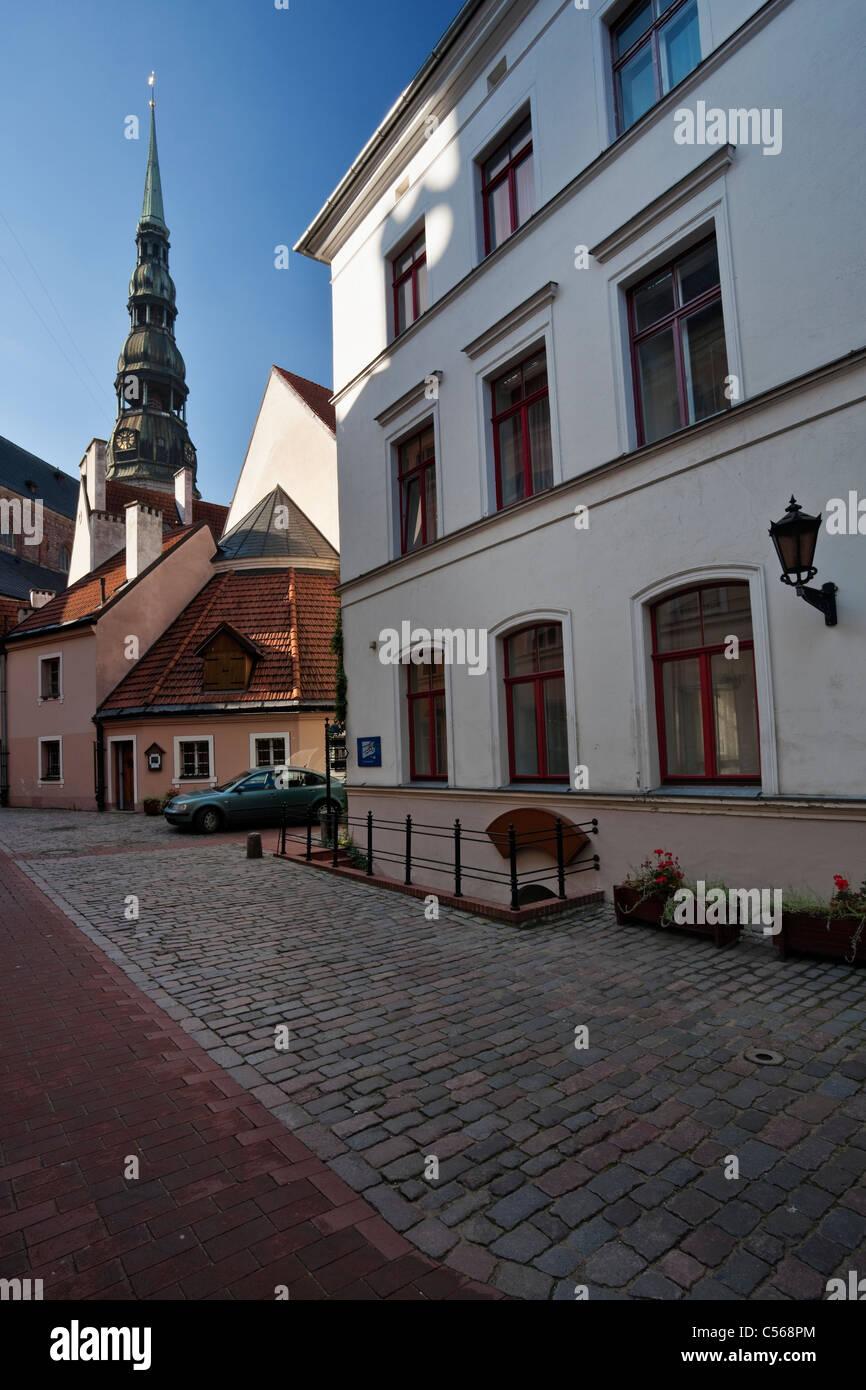 Vista verso la chiesa di San Pietro da interno trimestre Konventa Seta hotel di Riga old town Immagini Stock