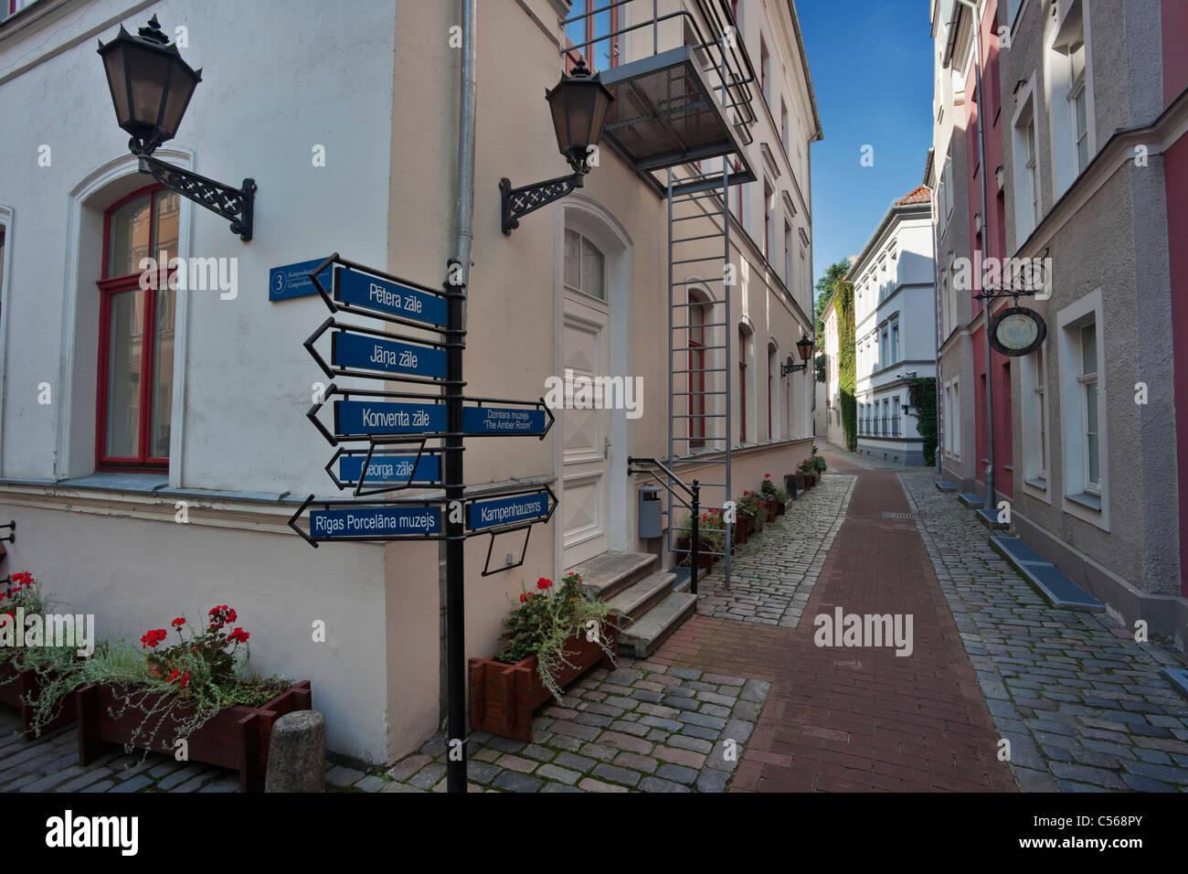 Una strada nel quartiere interna di Konventa Seta hotel di Riga, Lettonia Immagini Stock