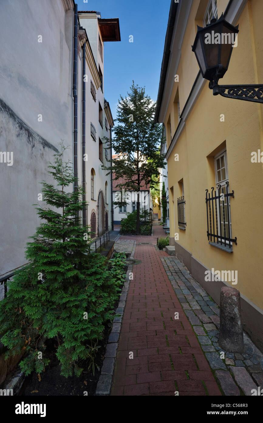 Un passaggio nel cortile interno o Konventa Seta hotel di Riga, Lettonia Immagini Stock