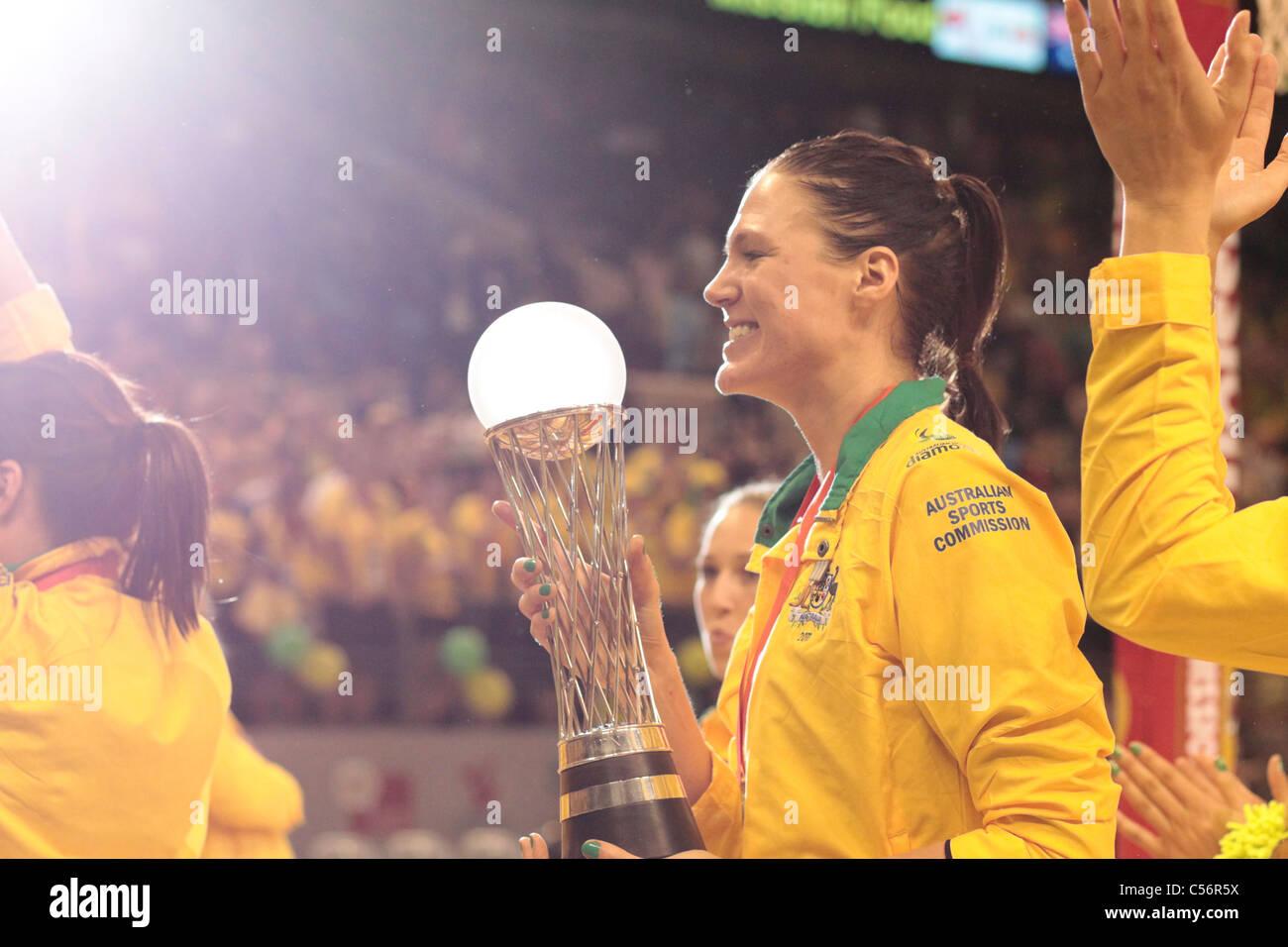 10.07.2011 Caitlin Bassett dell Australia tiene il mondo Netball Championships trofeo, Mission Foods World Netball Immagini Stock