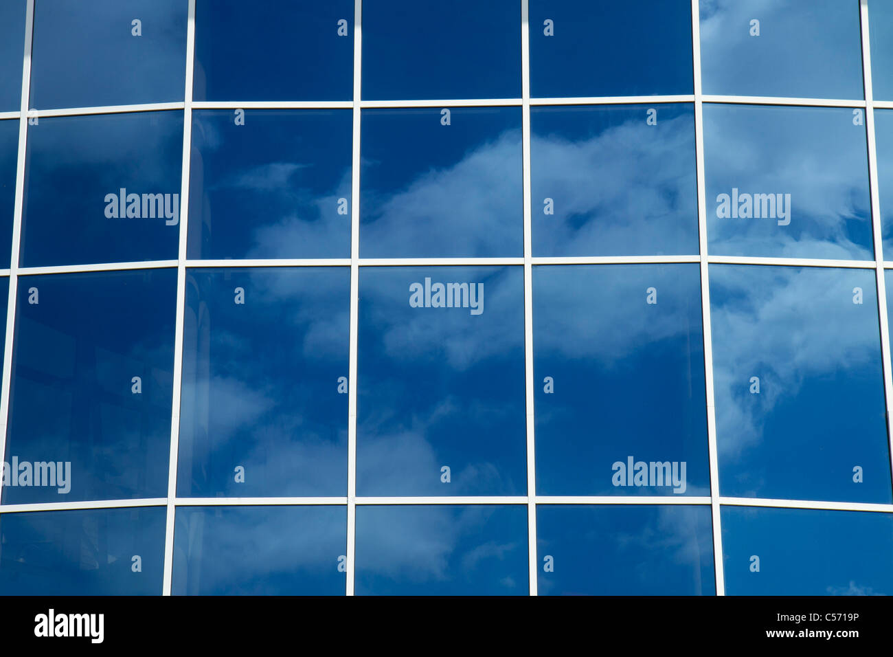 La riflessione di sky wuth nubi in grandi finestre. Immagini Stock