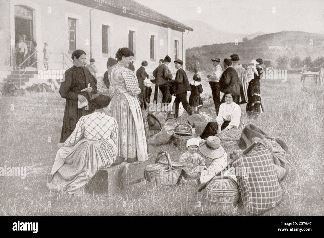 Gruppo di cittadini spagnoli rimpatriati dalla Francia a Irun, Spagna, nel 1914, durante la Prima Guerra Mondiale. Immagini Stock