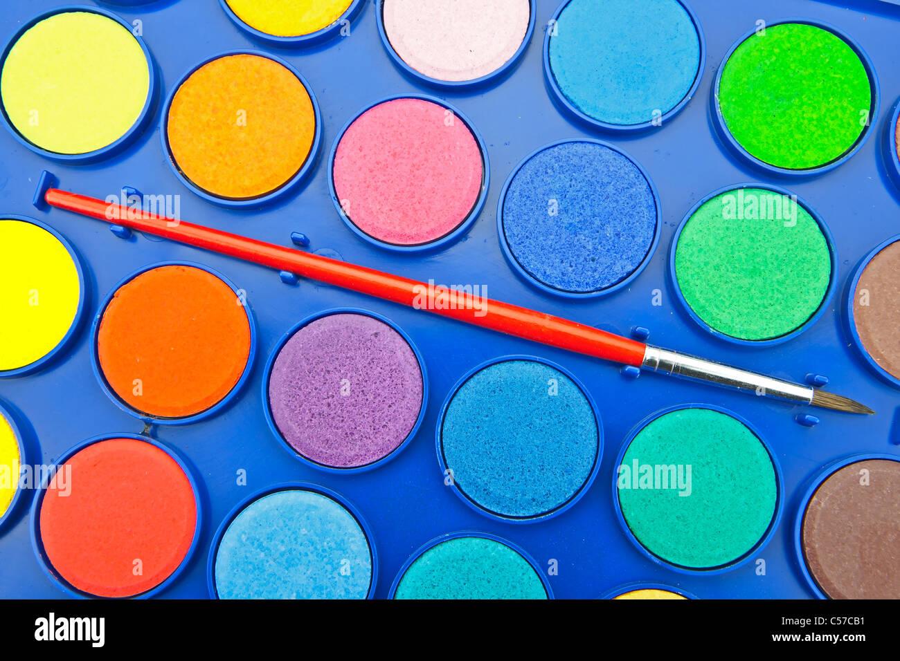Colori di acqua in una scatola di vernice con spazzola Immagini Stock