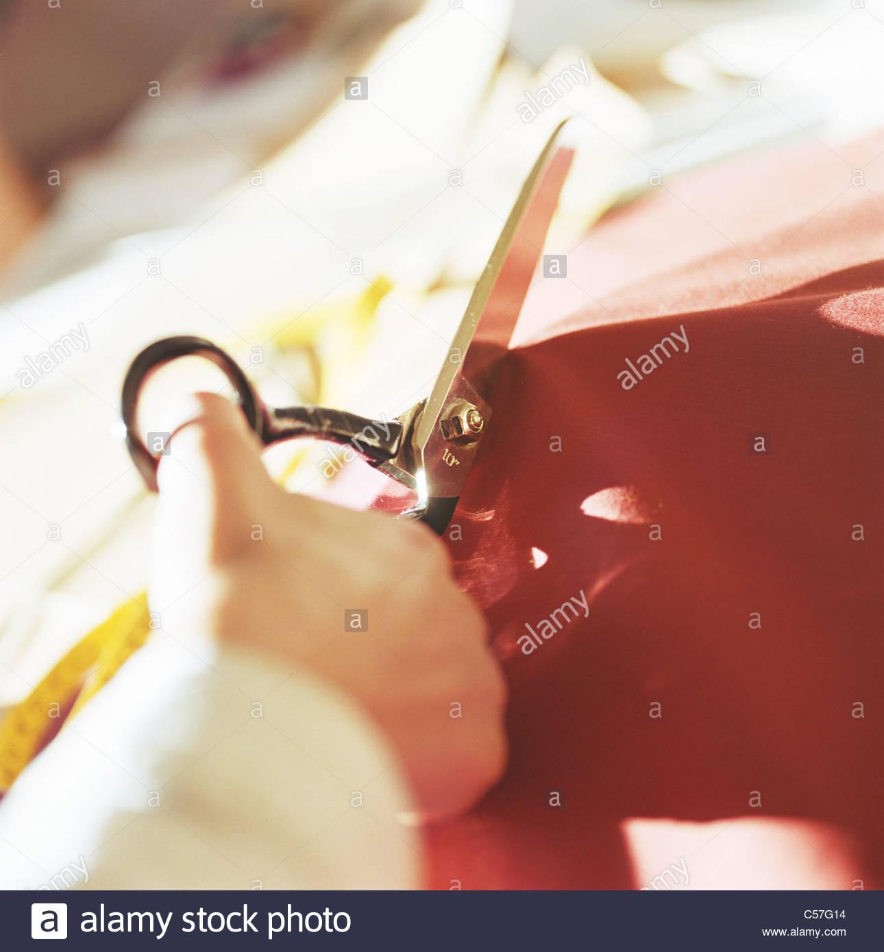 Close up donna tessuto di taglio Immagini Stock