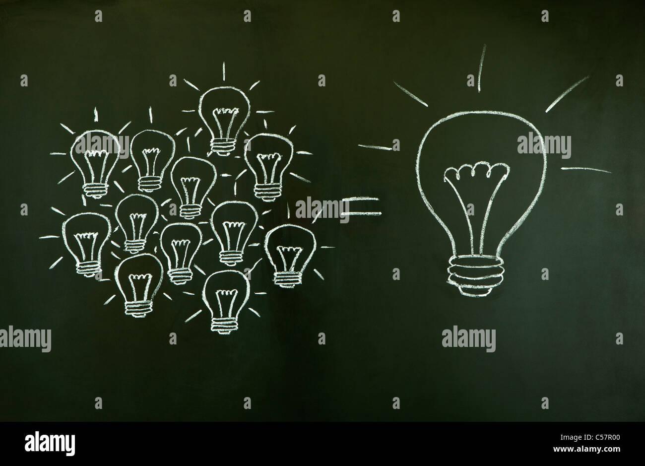 Molte piccole idee uguale uno grande, illustrata con un gessetto disegnate le lampadine della luce su una lavagna. Foto Stock