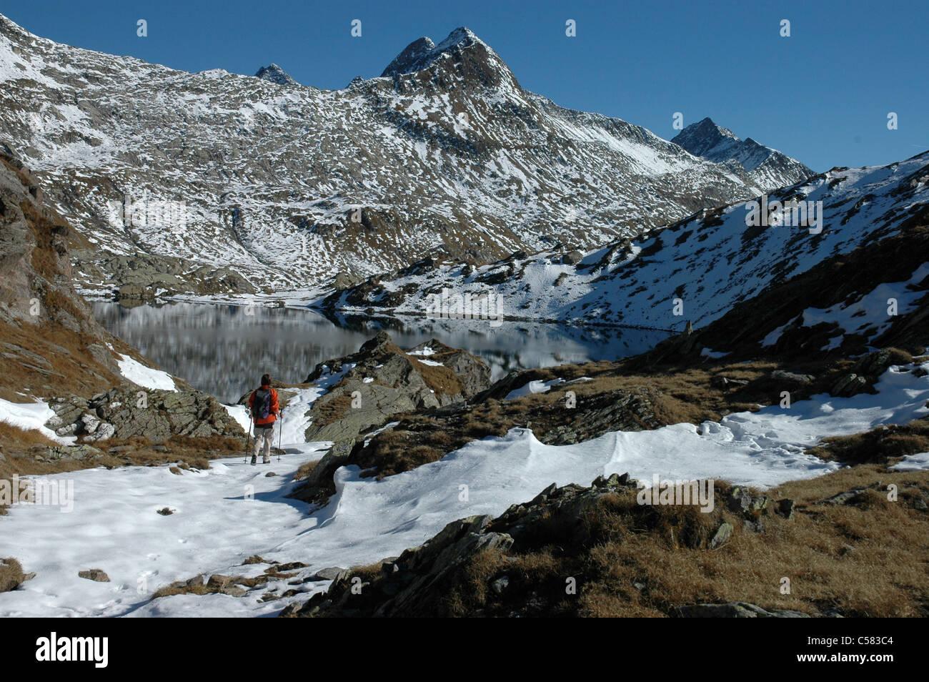 Escursionista, Lago di Dentro, Cadlimo, autunno, neve, Ticino, Svizzera, modello di rilascio, montagne, lago, sul Immagini Stock