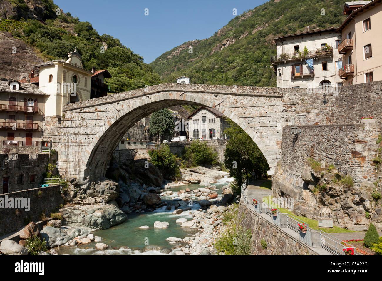 ponte romano di pont saint martin valle d 39 aosta italia foto immagine stock 37731640 alamy. Black Bedroom Furniture Sets. Home Design Ideas