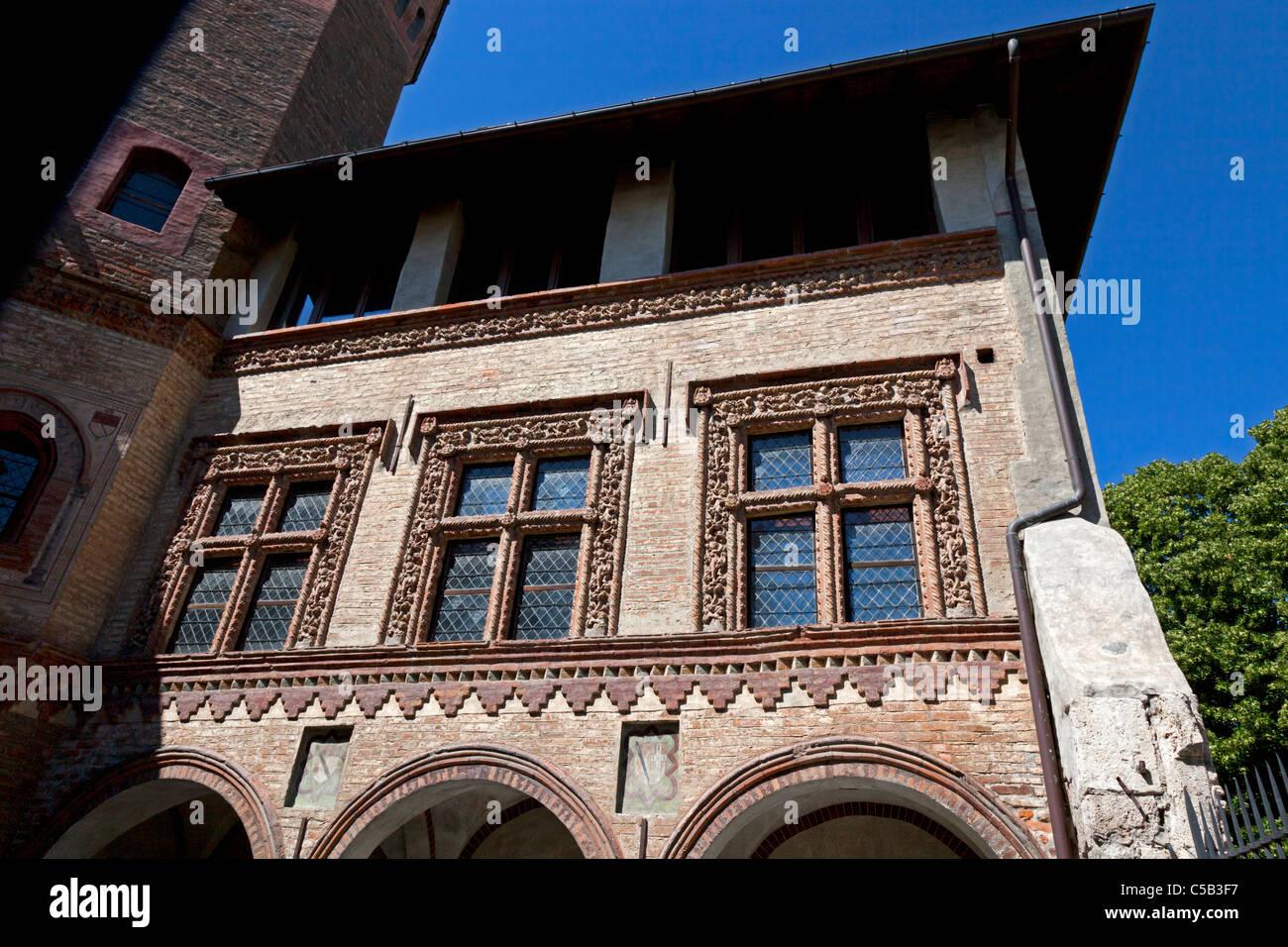 In Aosta, dettagli del chiostro romanico bifore (Italia). Dans Aoste, détails des fenêtres à meneaux Immagini Stock