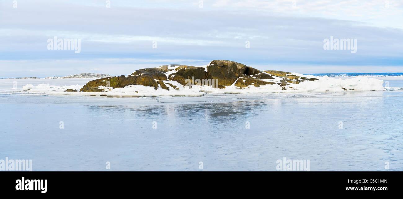 Panoramica distanza intermedia colpo di congelati in un isolotto in mezzo al mare a Göteborg, Svezia Foto Stock