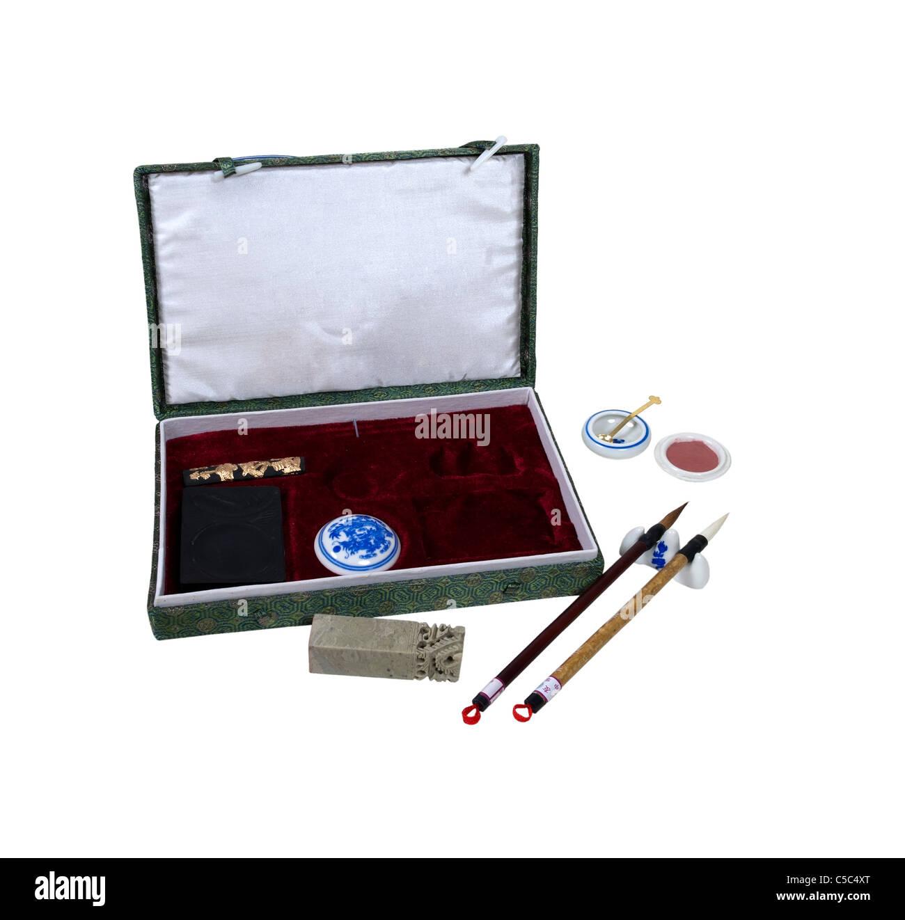 Asian calligraphy set con una varietà di strumenti per rendere abbellimenti fiorita e lettere - percorso incluso Immagini Stock