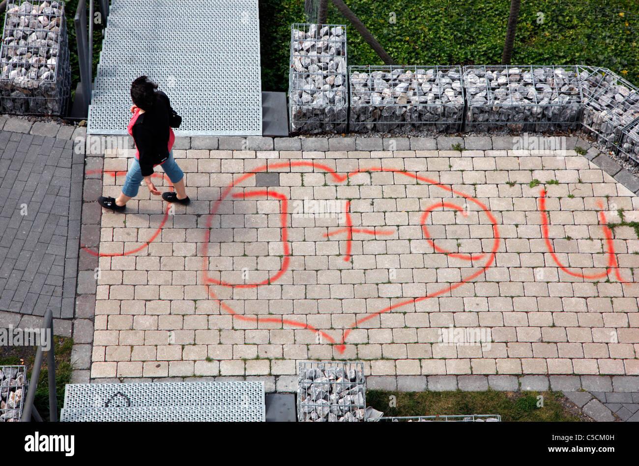 Dichiarazione di amore è stato spruzzato su un marciapiede. Immagini Stock