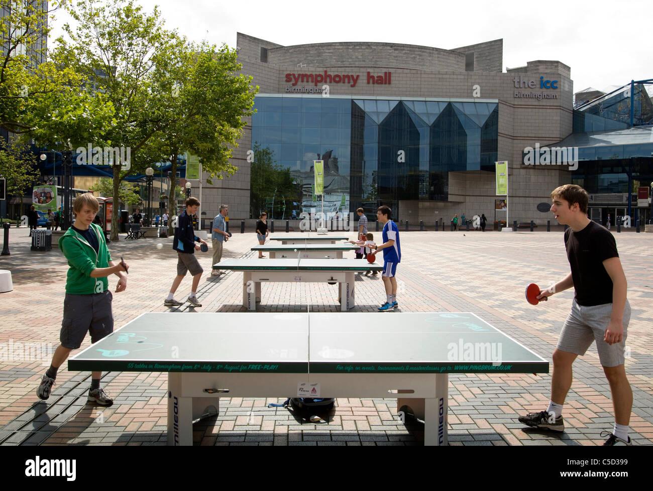 Persone che giocano a ping pong in Broad Street di Birmingham. Oltre 50 tavoli da ping pong sono state impostate Immagini Stock