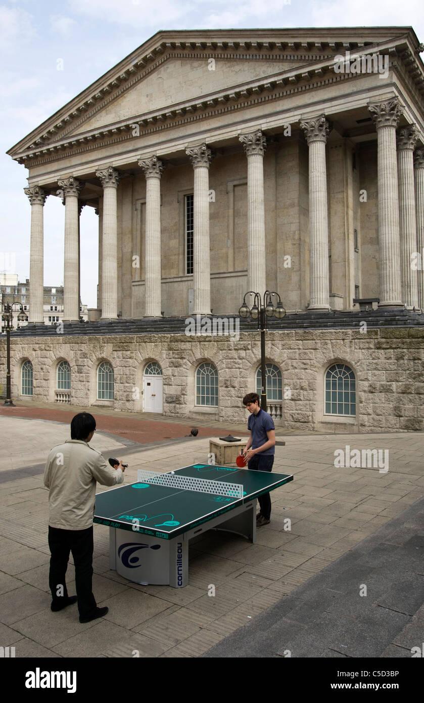 Persone che giocano a ping pong in Chamberlain Square Birmingham. Oltre 50 tavoli da ping pong sono stati impostati Immagini Stock