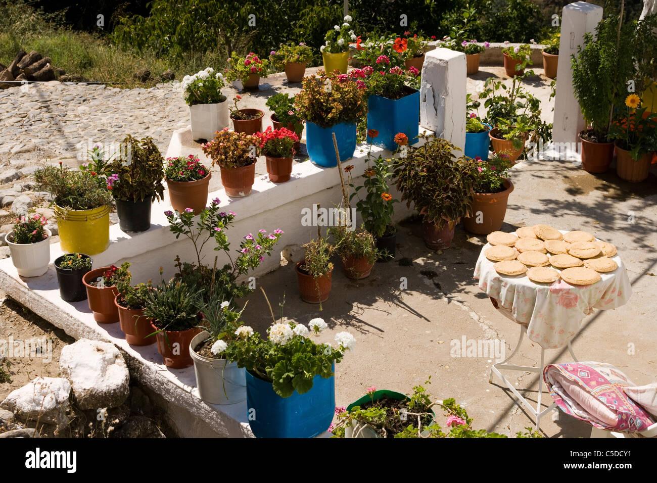 Torte greche si trovano fuori nel sole per cuocere in una bella ...