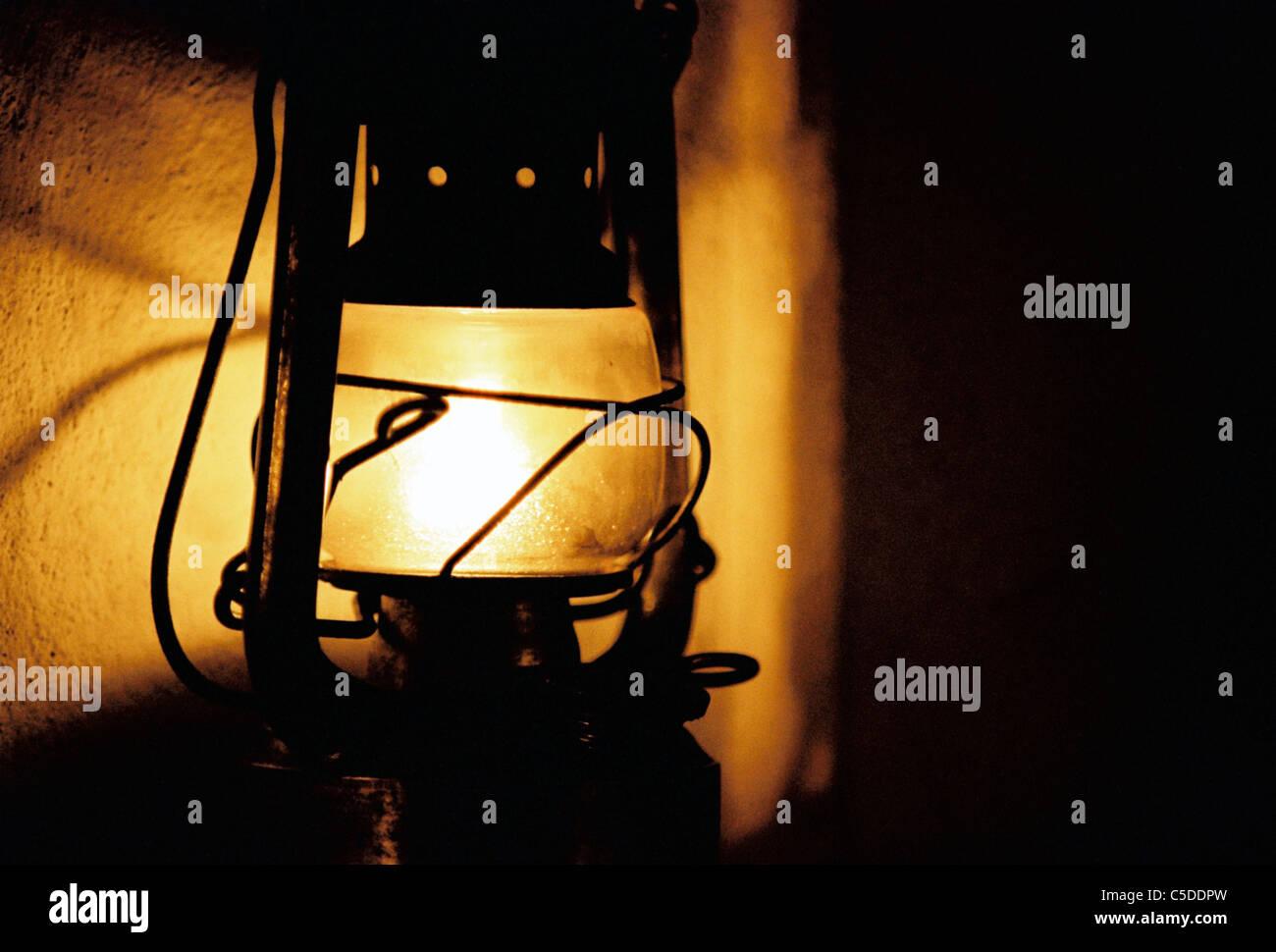 Close-up di un olio accesa la lampada nel buio Immagini Stock