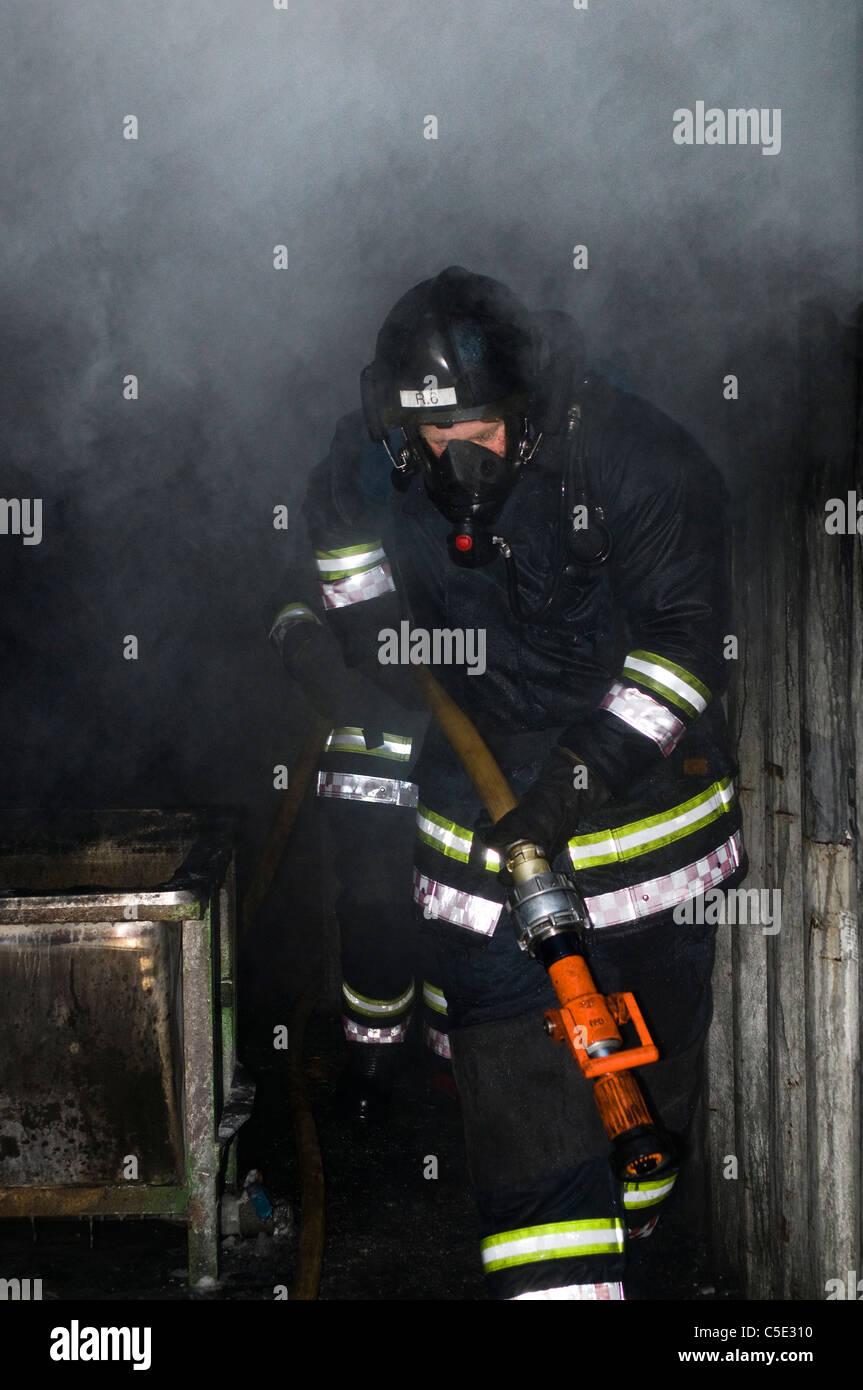 Vista di un vigile del fuoco in abbigliamento protettivo sul dovere Immagini Stock