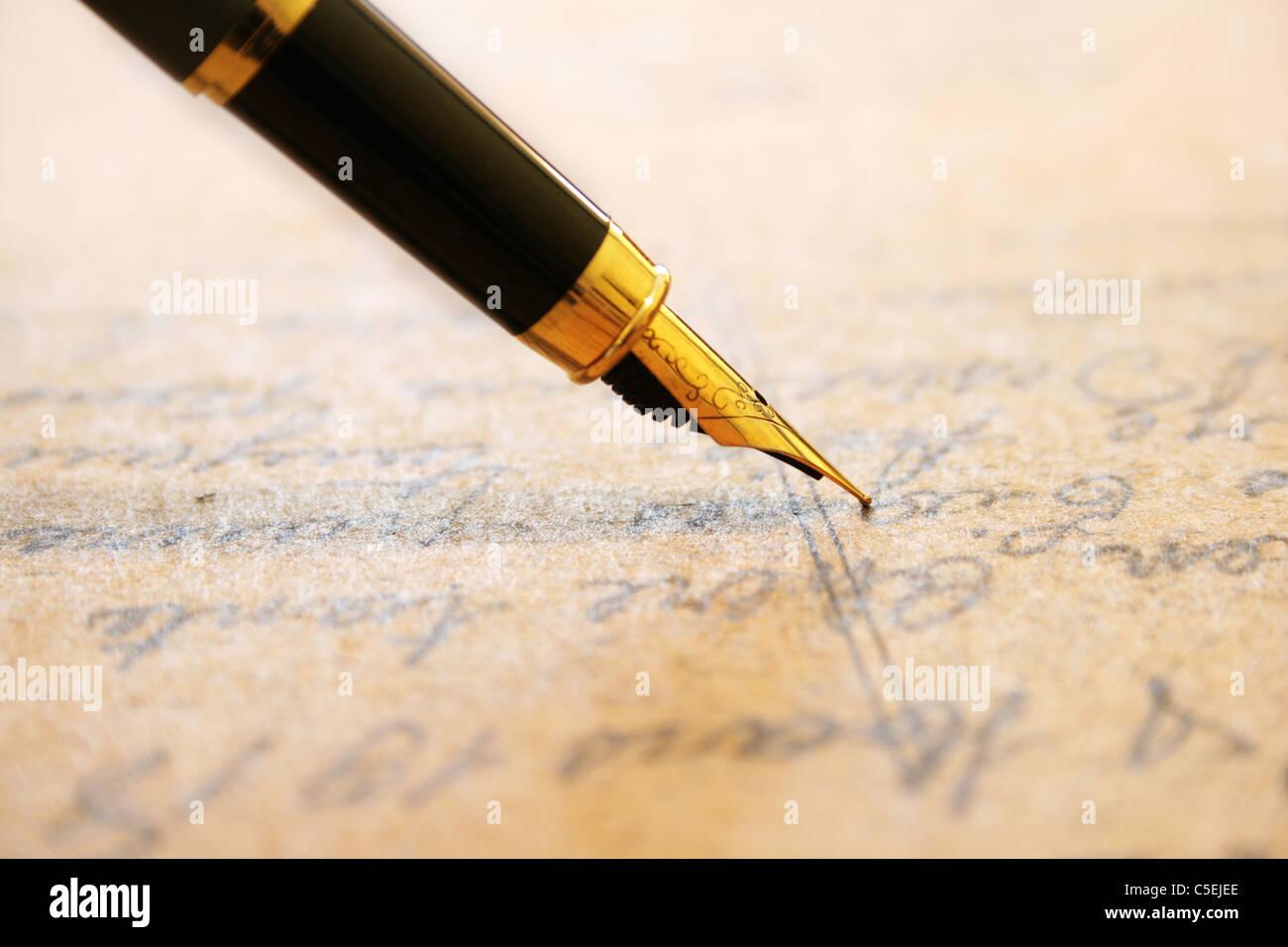 Penna stilografica sul vecchio lettera Immagini Stock