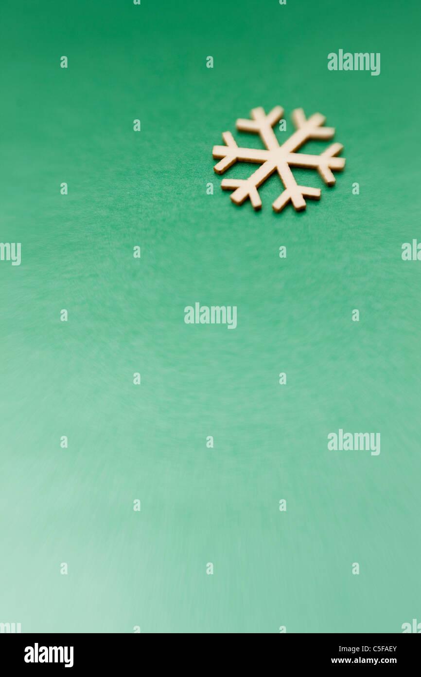 Ornamento fiocco di neve su sfondo verde Immagini Stock