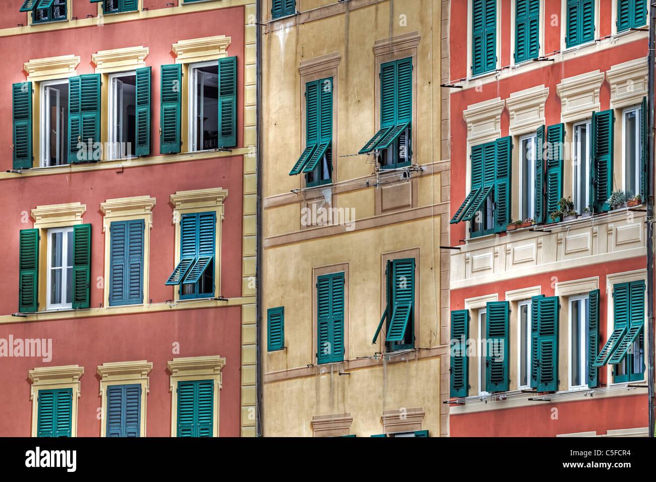 Camogli, antica città portuale in Liguria è famosa per le sue case colorate con grandi finestre Immagini Stock