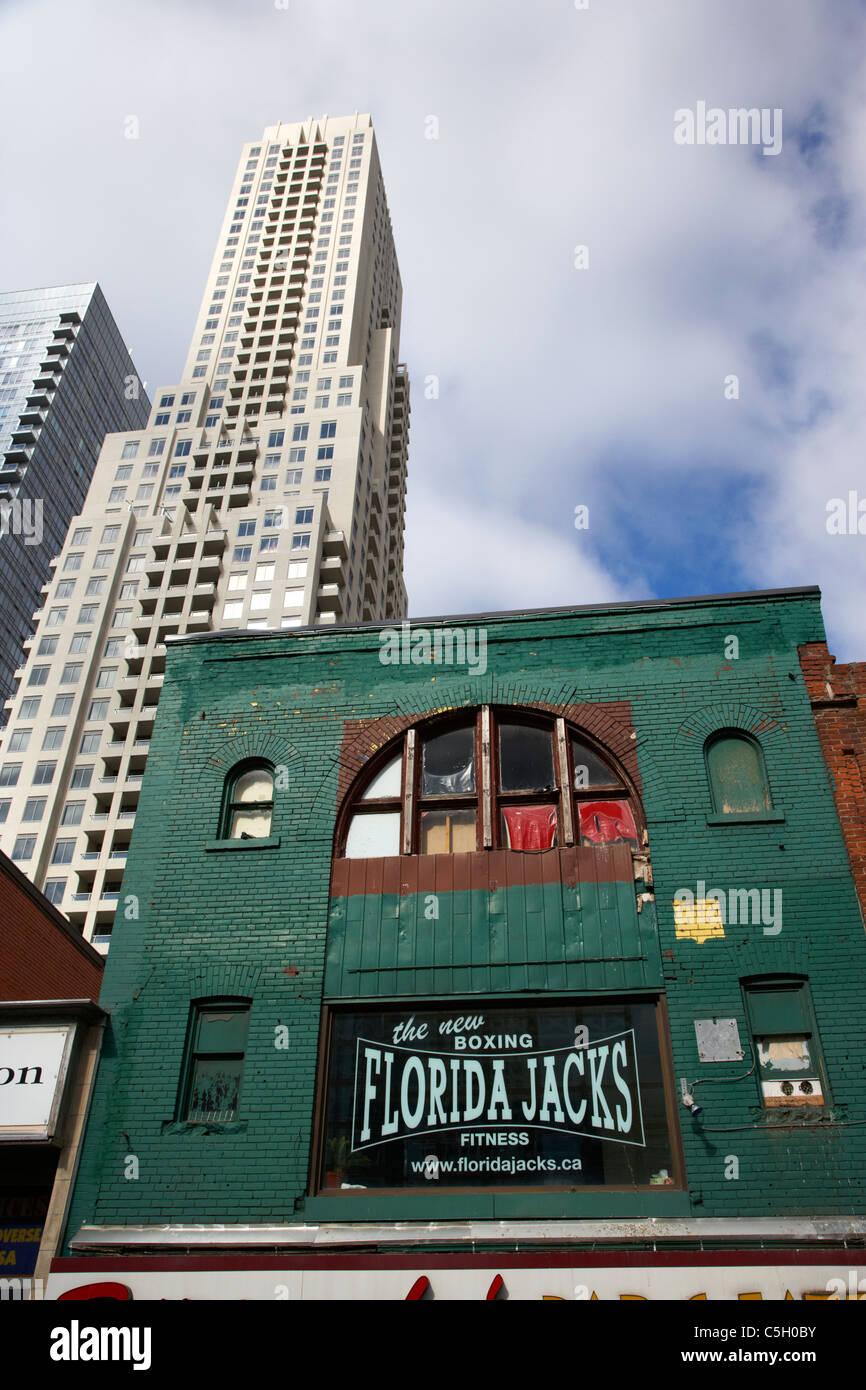 Florida martinetti boxing club e palestra nel vecchio edificio in centro undeneath moderni grattacieli e condomini Immagini Stock