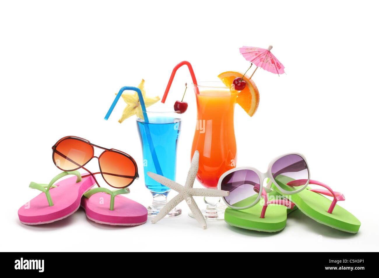 L'estate tropicale bere,Occhiali da sole e flip-flop su sfondo bianco. Foto Stock