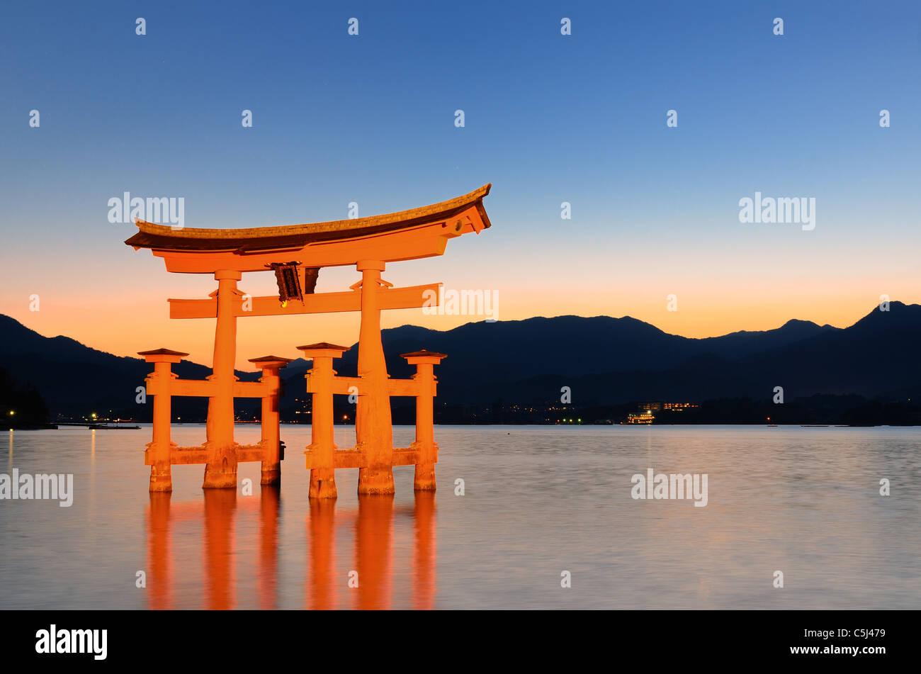 Il otori gate che accoglie i visitatori di Miyajima, Giappone. Immagini Stock