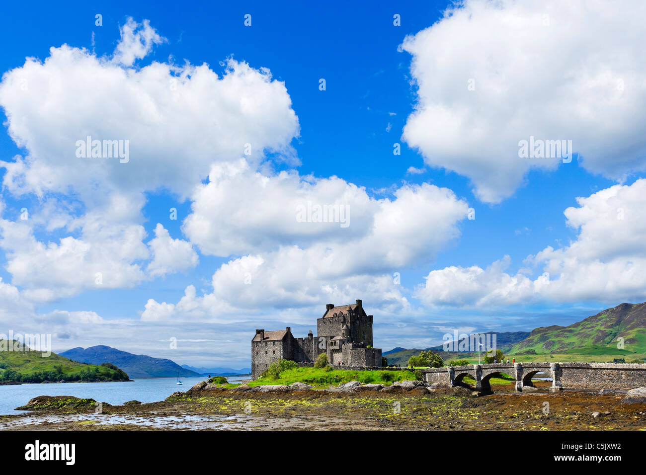Vista in direzione di Eilean Donan Castle e Loch Duich, Highland, Scotland, Regno Unito. Paesaggio scozzese / Paesaggi Immagini Stock