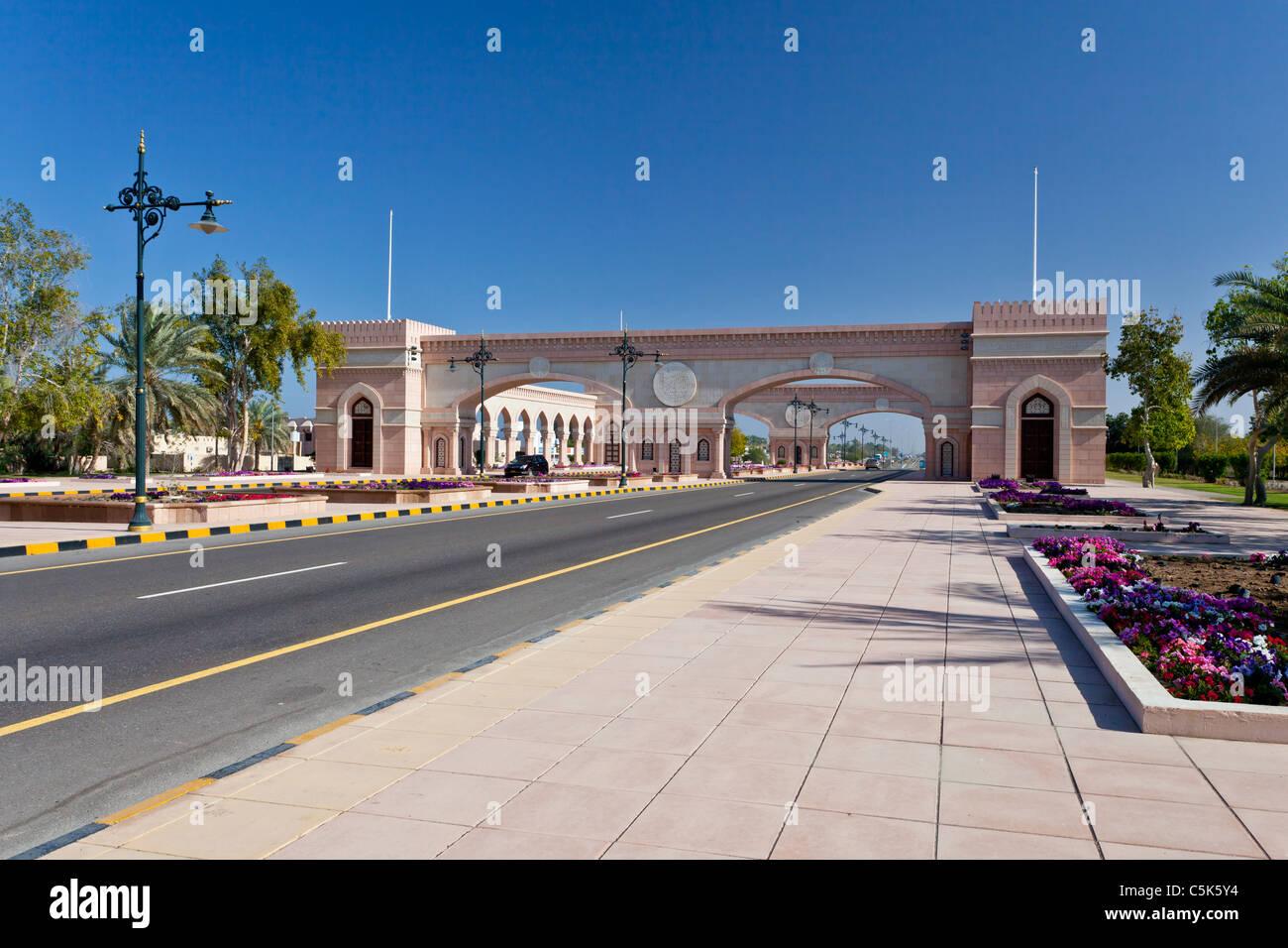 Un cancello ad arco su una superstrada nel Sultanato di Oman. Immagini Stock