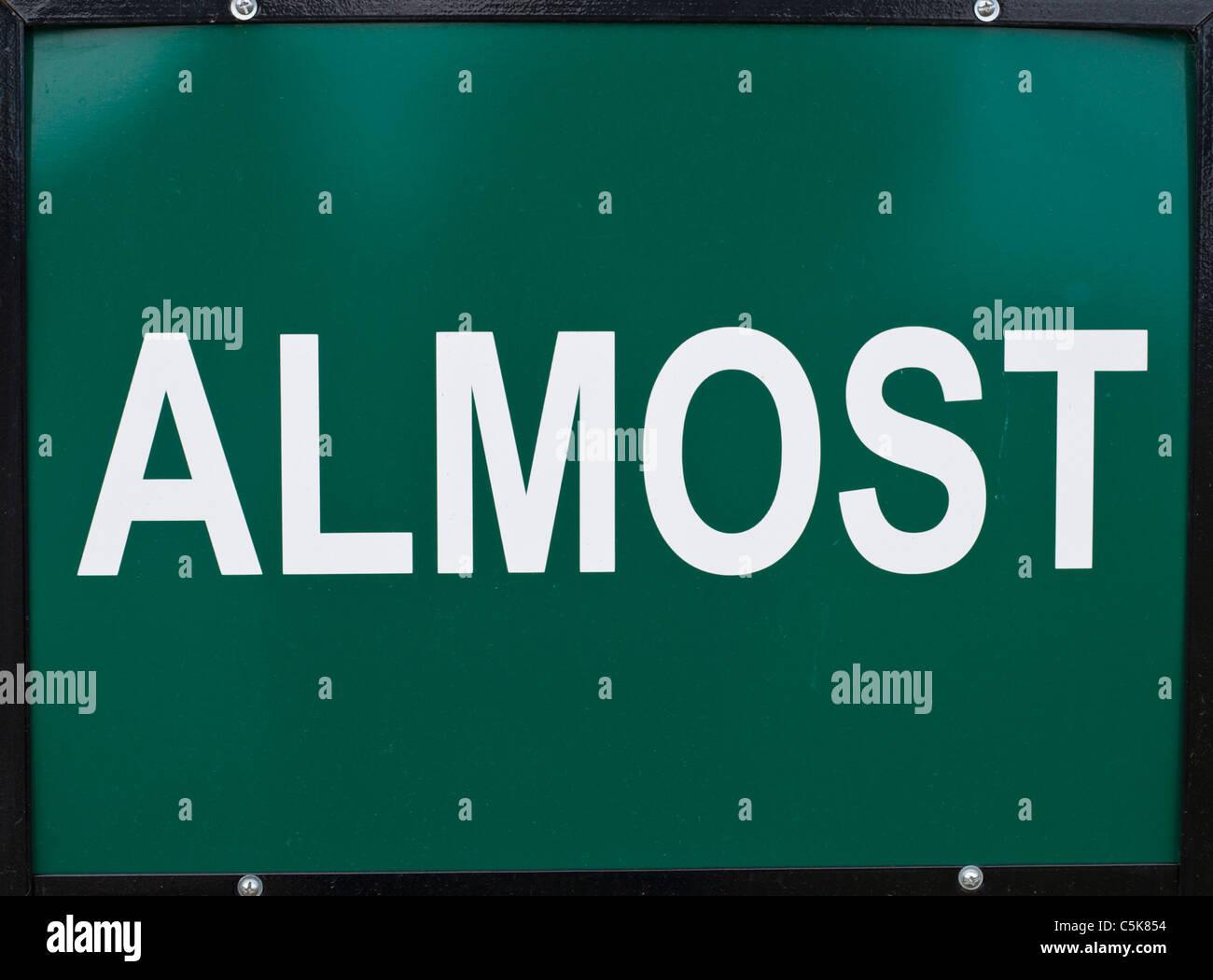 Segno verde con le lettere in bianco l'ortografia quasi, Lincoln County, Nuovo Messico. Immagini Stock