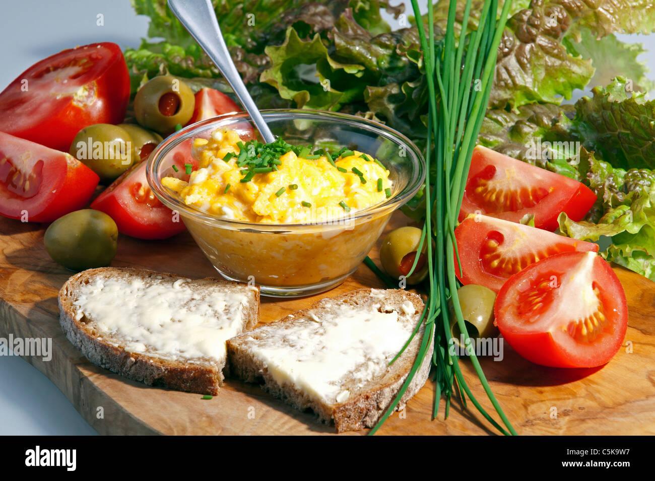 La prima colazione la piastra con uova e pomodori Immagini Stock