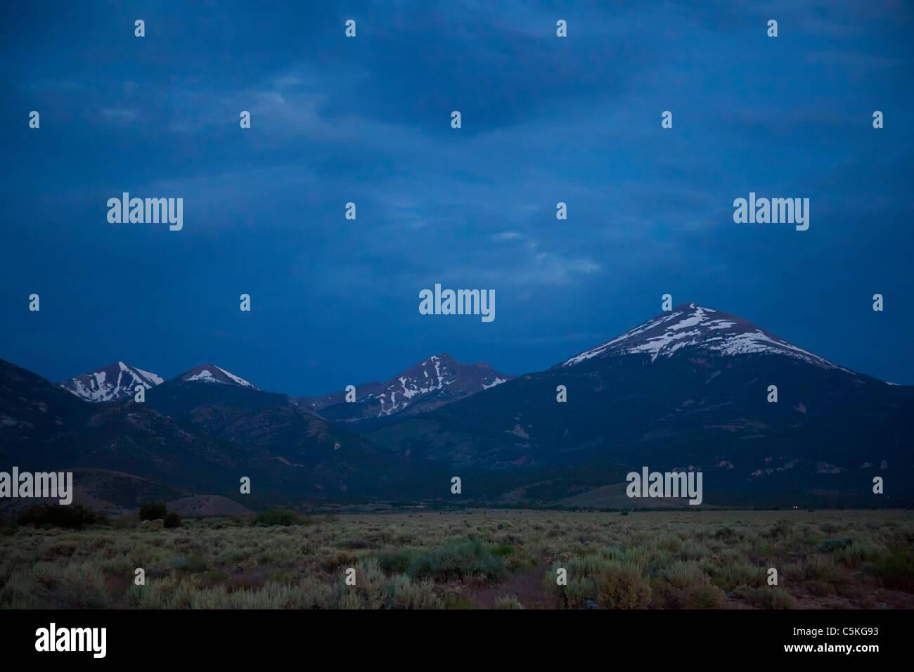 Baker, Nevada - Parco nazionale Great Basin prima dell'alba. Wheeler picco è nel centro; Jeff Davis picco Immagini Stock