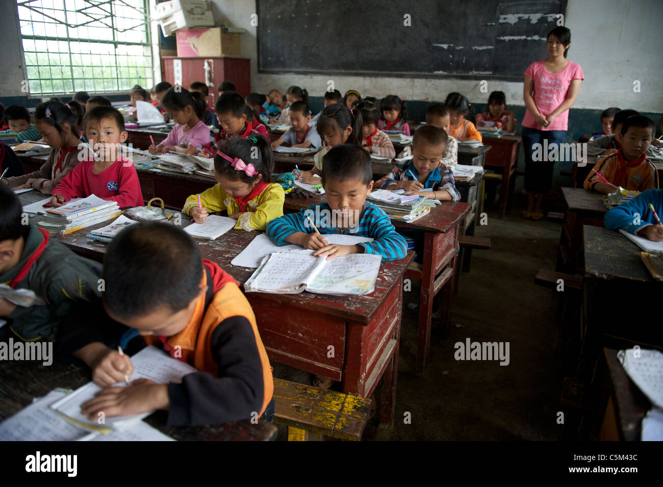 Cinese Scuola primaria gli studenti che frequentano la classe in un villaggio di poveri in Shangluo, provincia di Shaanxi, Cina. 21-Maggio-2011 Foto Stock