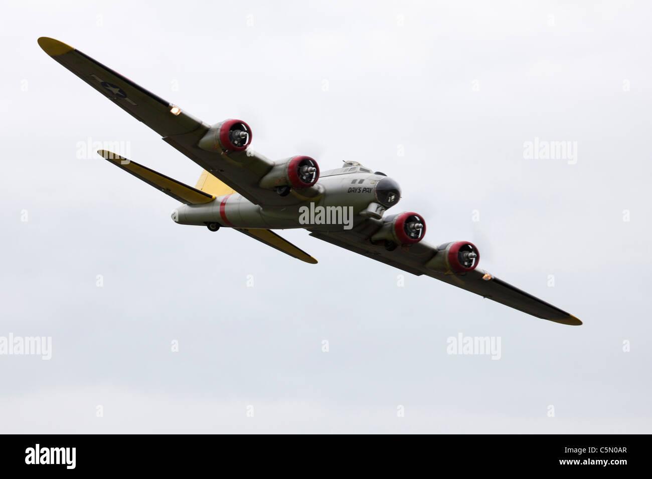Boeing B17G Flying Fortress su larga scala di controllo radio modello in volo Immagini Stock