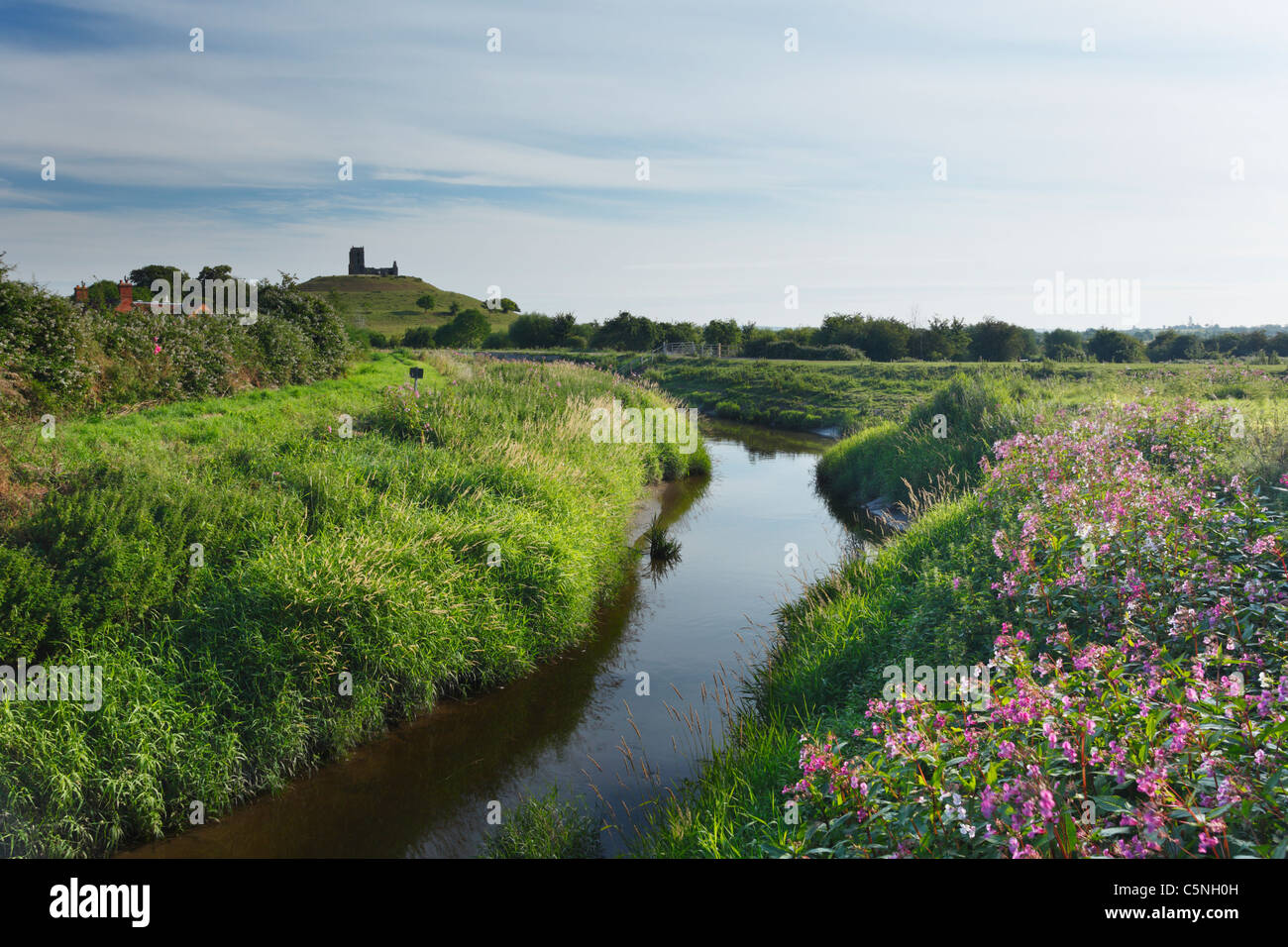 Tono di fiume che unisce il fiume Parrett nuovi membri con Burrow Mump in distanza. Somerset. In Inghilterra. Regno Immagini Stock