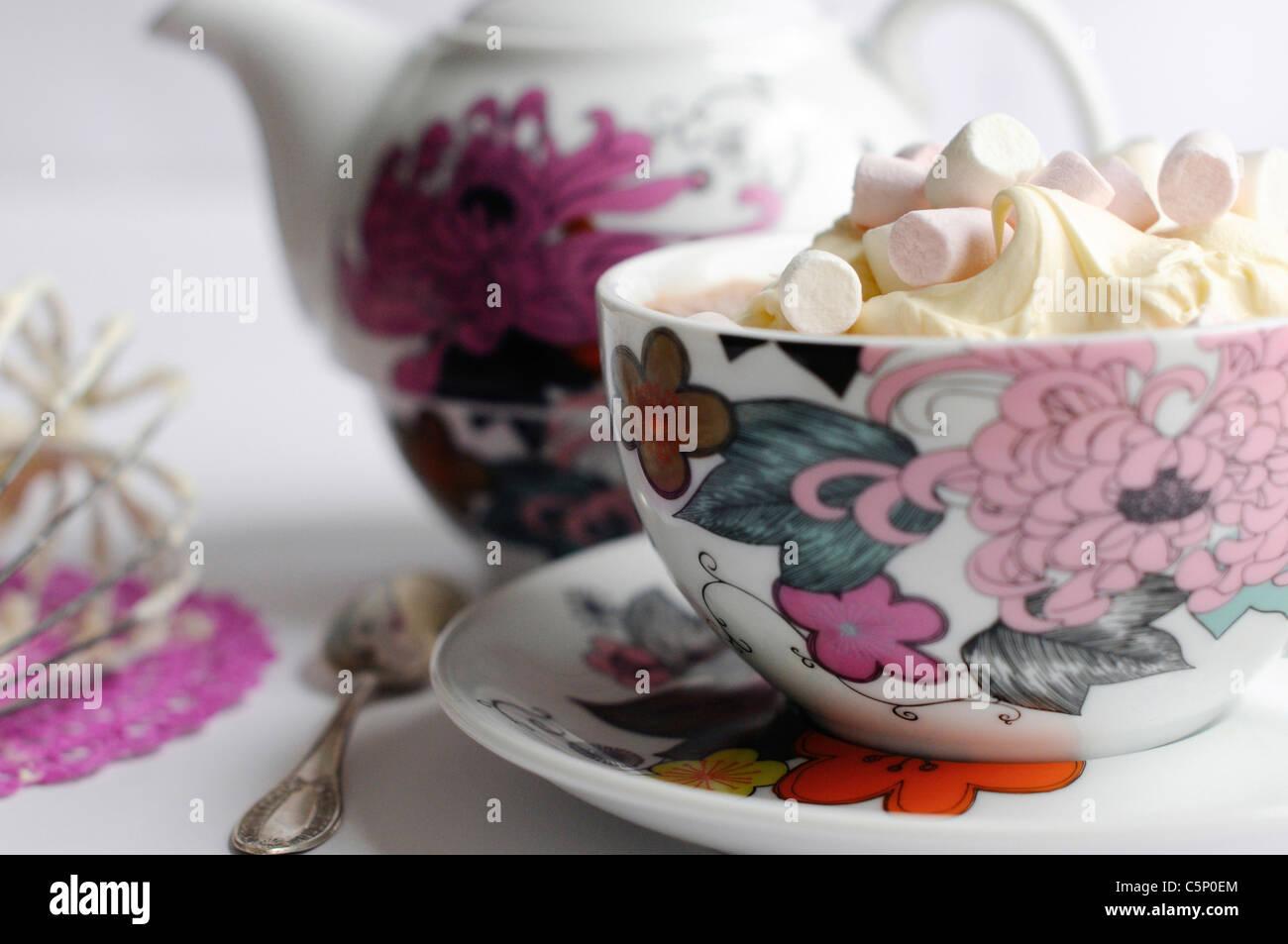 Cioccolata calda con panna montata e mini marshmallows Immagini Stock